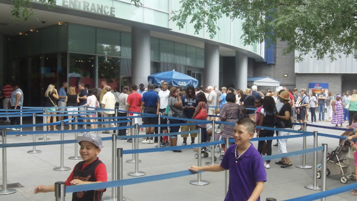 Buy yor ticket online and waiting 1 hour just buying it... Then step to the longer entrance line.