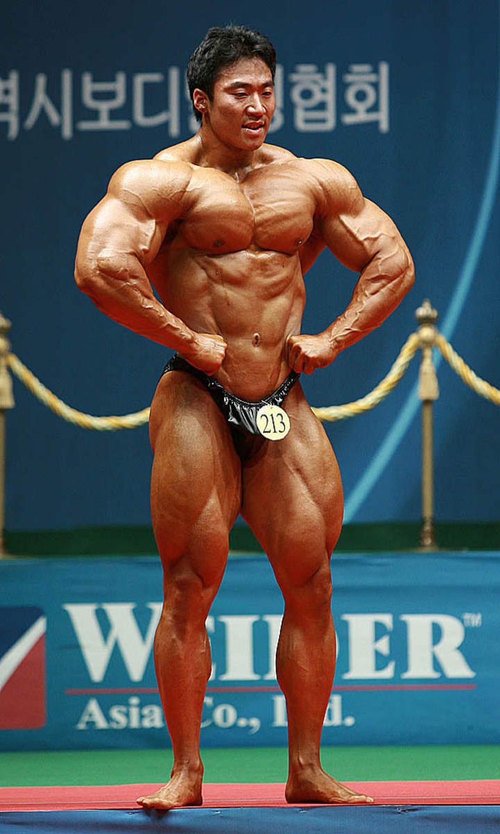 Korean bodybuilder Lee Seungcheol (이승철 선수) doing a front lat spread at the 2010 Mr. Korea competition