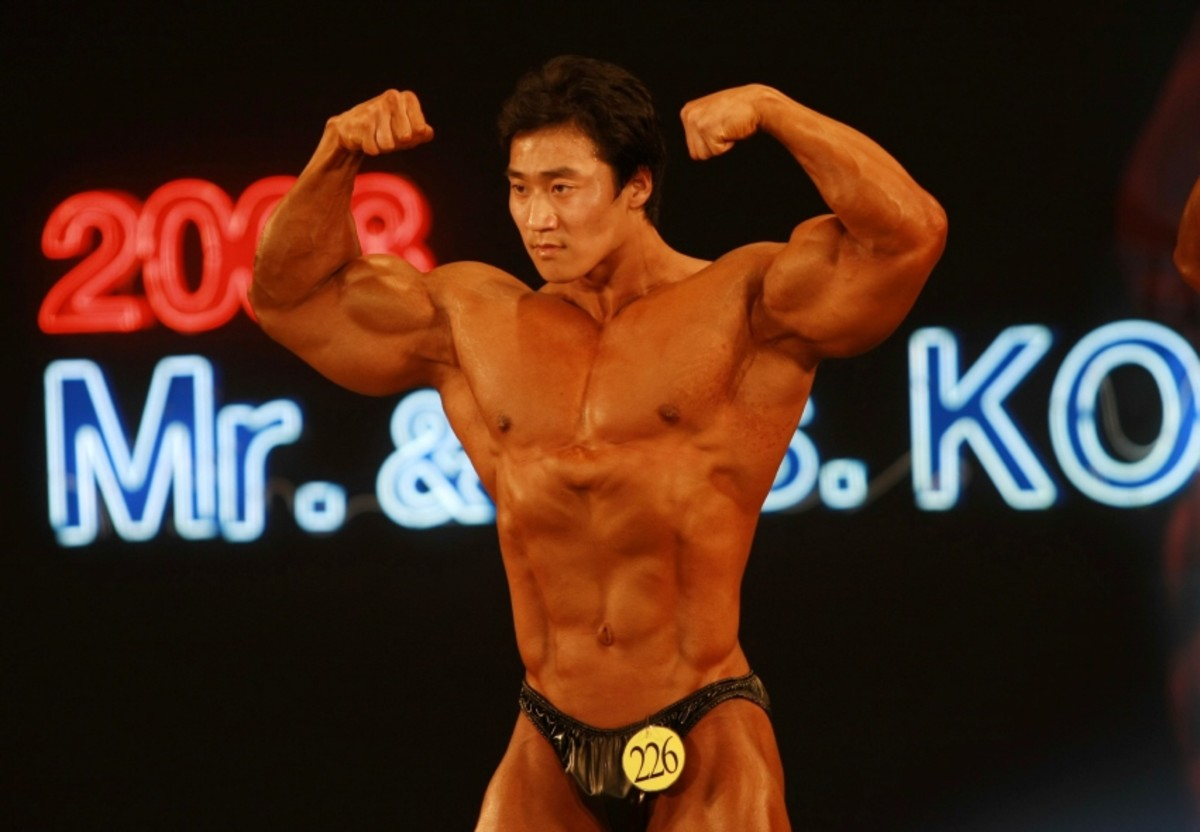 Lee doing a double bicep pose at the 2008 Mr. Korea competition