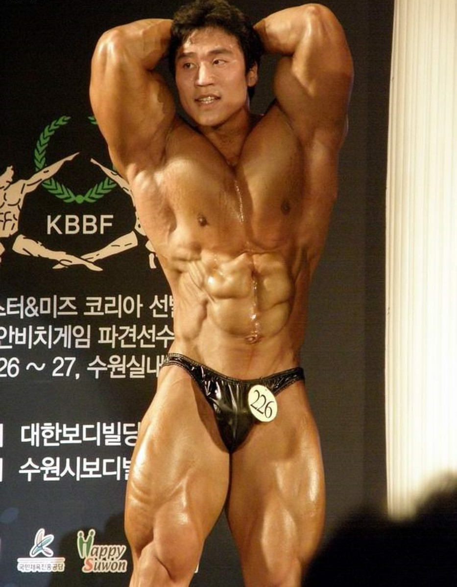 Lee doing an abdominal and thigh pose at the 2008 Mr. Korea competition