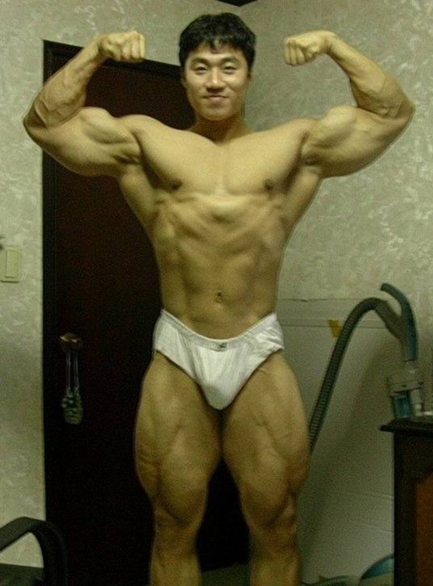 A photo of Korean bodybuilder Lee Seungcheol doing a double bicep pose in his early days