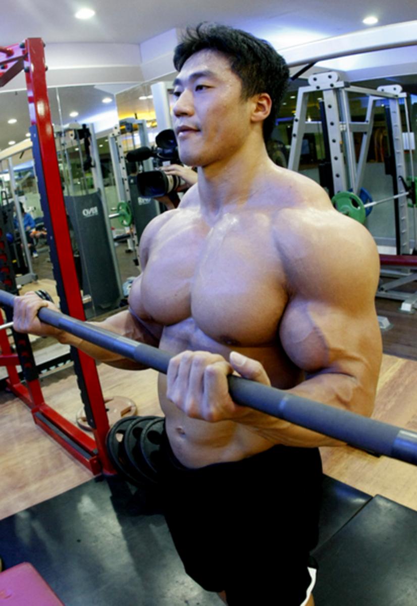 Korean bodybuilder Lee Seungcheol (이승철) working his biceps
