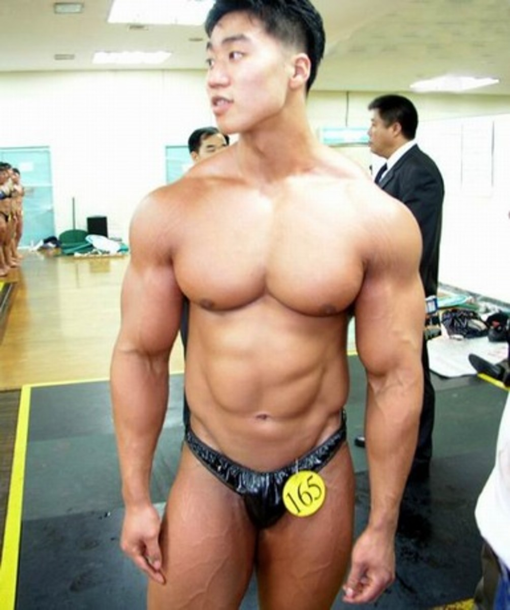 Korean bodybuilder Lee Seungcheol (이승철 선수) in his earlier days waiting for a competition to start