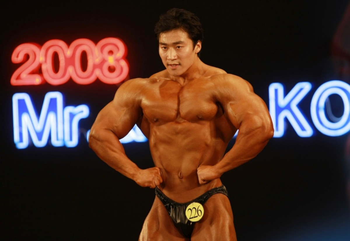 Korean bodybuilder Lee Seungcheol (이승철) doing a front lat spread at the 2008 Mr. Korea competition
