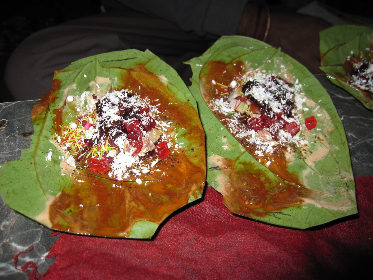 Betel leaves covered with various ingredients.