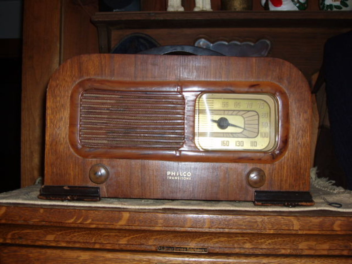 1941 Philco Transitone Wood Table Radio with Bakelite Trim. Model 42-PT 94