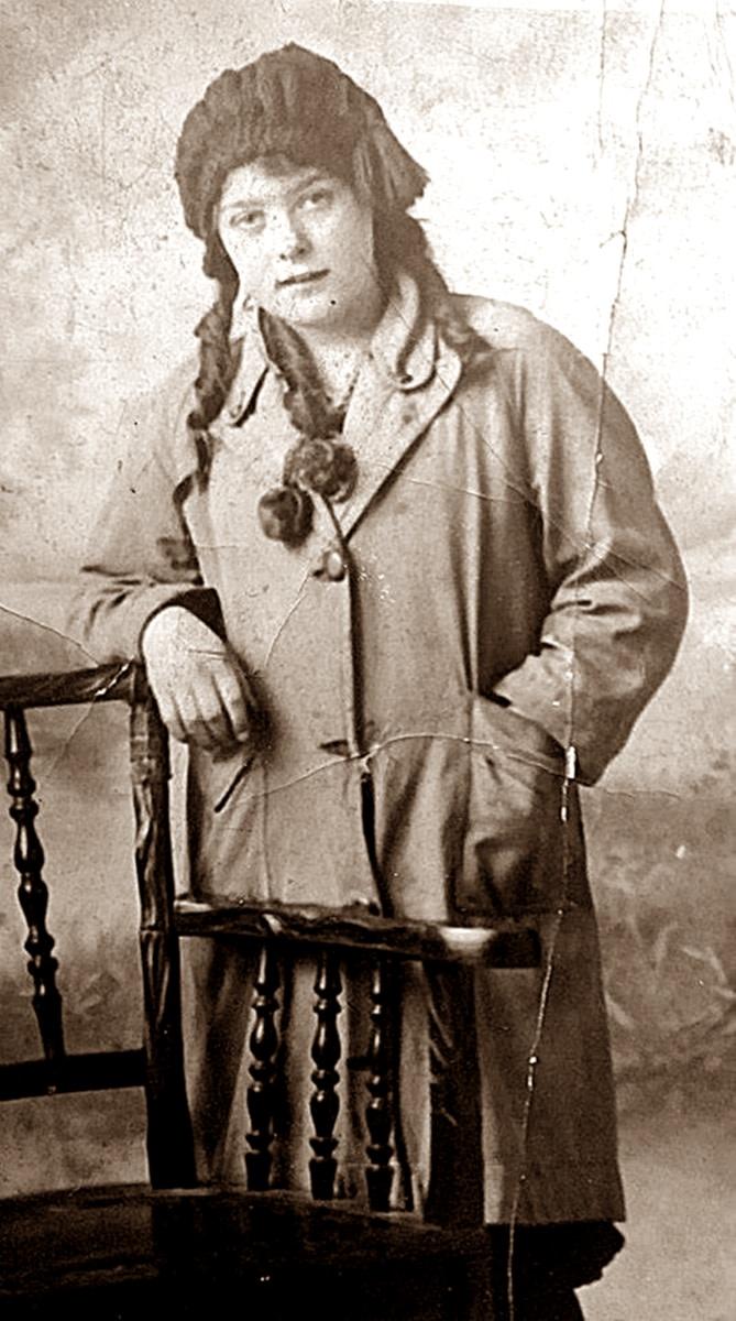 My grandma Ivy Trigg (nee Garnham) in her youth in a studio photograph.