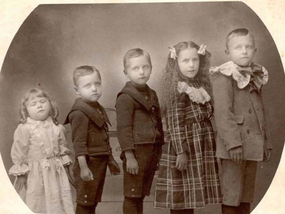 The little girl on the left is the dead one.