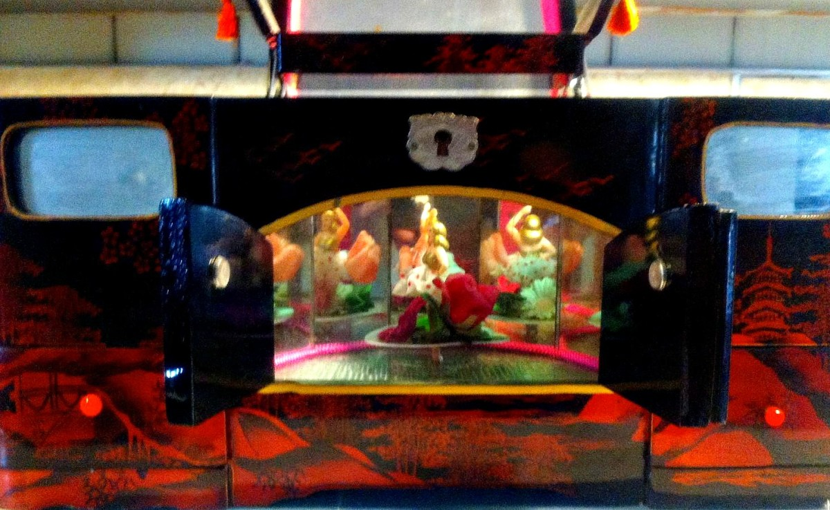 Here is another photo of the Japanese black lacquer vintage dancing girl musical jewelry box that plays Geisha love story.