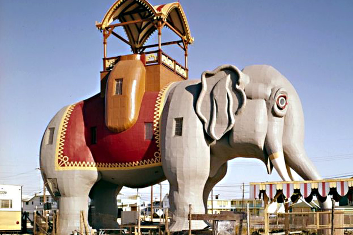 Lucy the Elephant, New Jersey is 19.7 m (65 ft) high, 18.3 m (60 ft) long and 5.5 metres (18 ft) wide. It weighs about 90 tons
