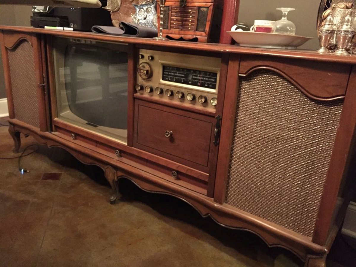 The Curtis Mathes Company produced many beautiful models considered endearing by most modern and retro audiophiles. This was the time when the Kingston Model K1523, High Fidelity Combination was made.