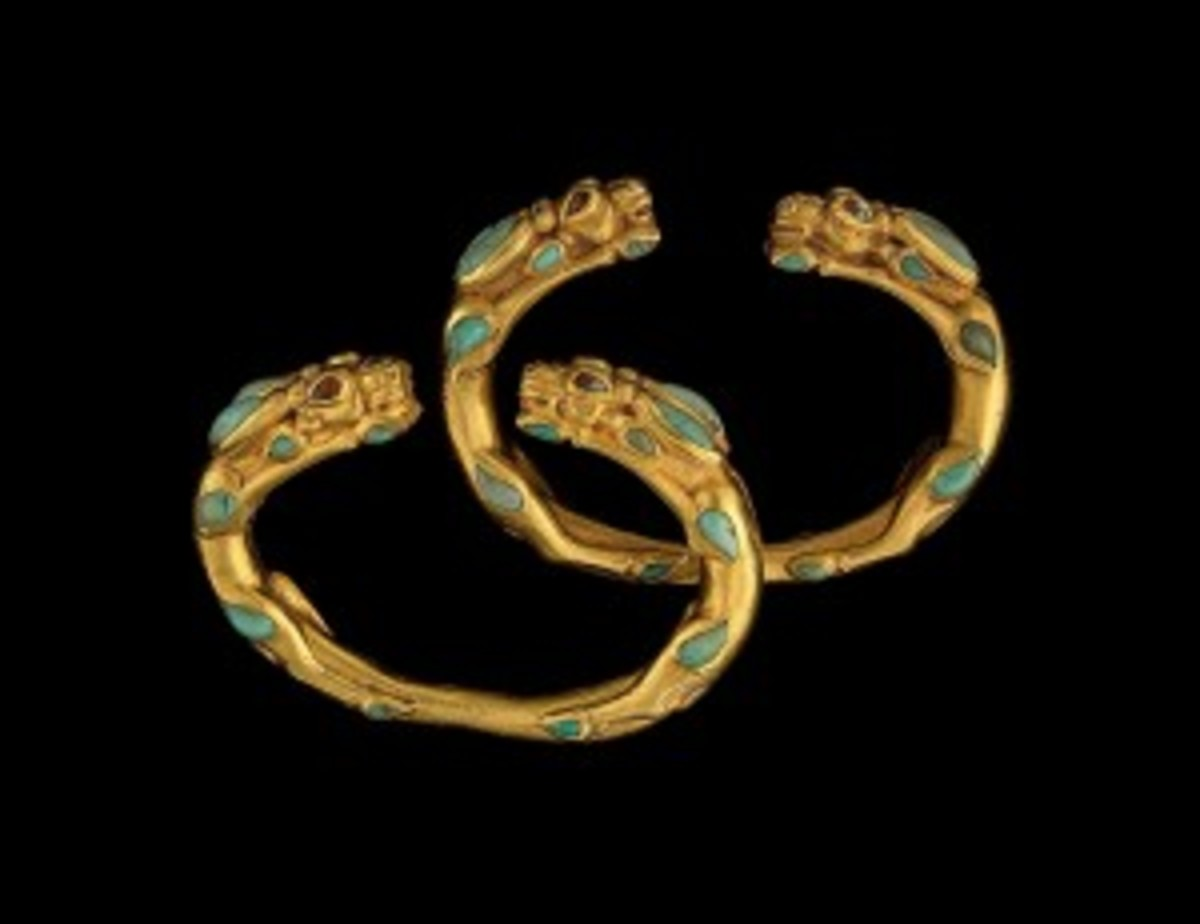 Pair of bracelets in the shape of antelopes Tillya Tepe Tomb II, first century A.D. Gold with turquoise and carnelian-National Museum of Afghanistan © Thierry Ollivier / Musée Guimet