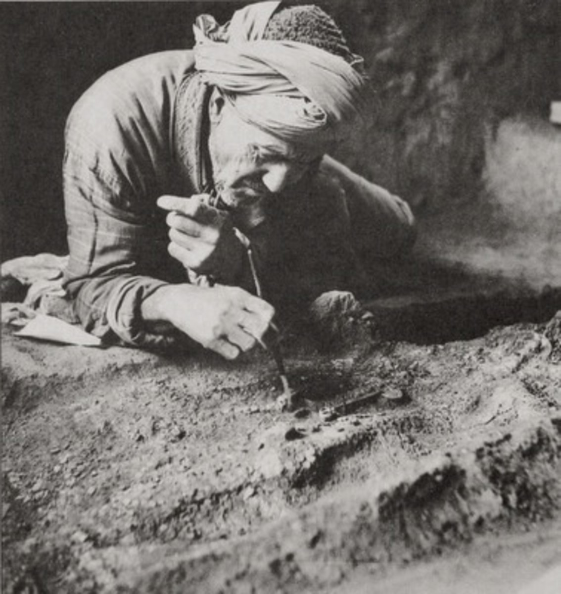Excavations from Tillya Tepe, Tomb IV, Second quarter of the 1st century AD. An Afghan archaeologist carefully uncovers the golden dagger from Tomb IV, 1978 - © Viktor Sarianidi, National Museum of Afghanistan / Musée Guimet