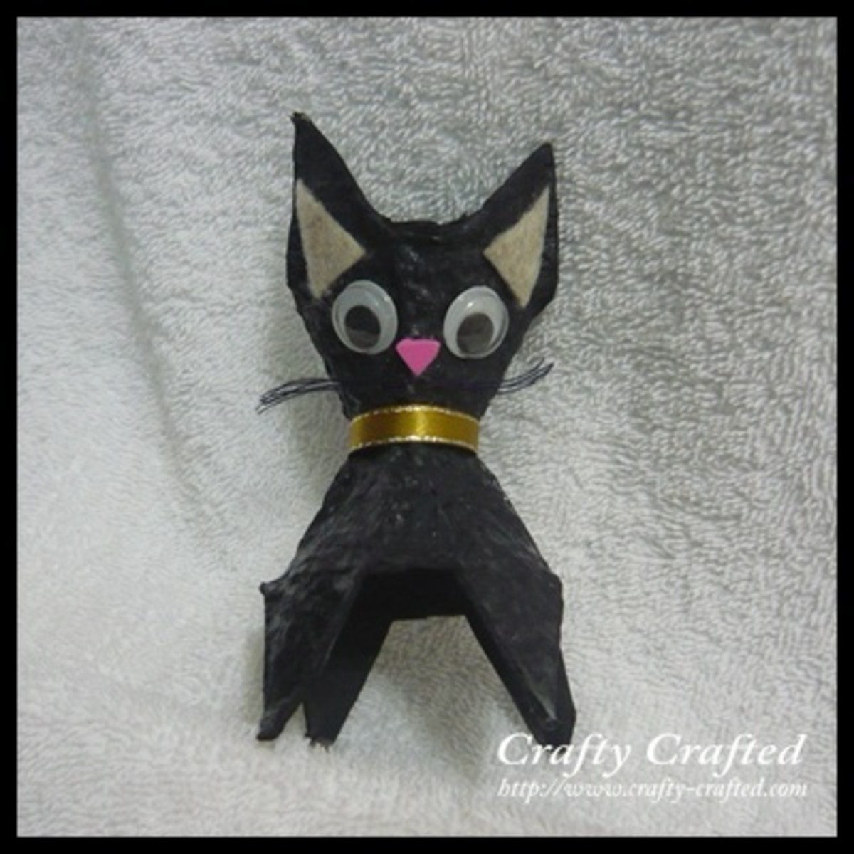 This cat craft is made from an egg carton.  It's easy and fun for kids.