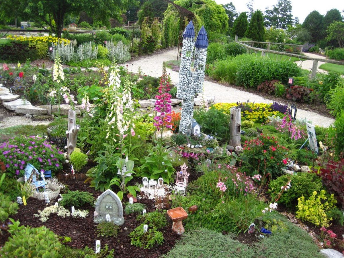 This Fairy Garden is unbelievable.  I was picturing something much smaller for myself.  I found this at teawithfriends.blogspot