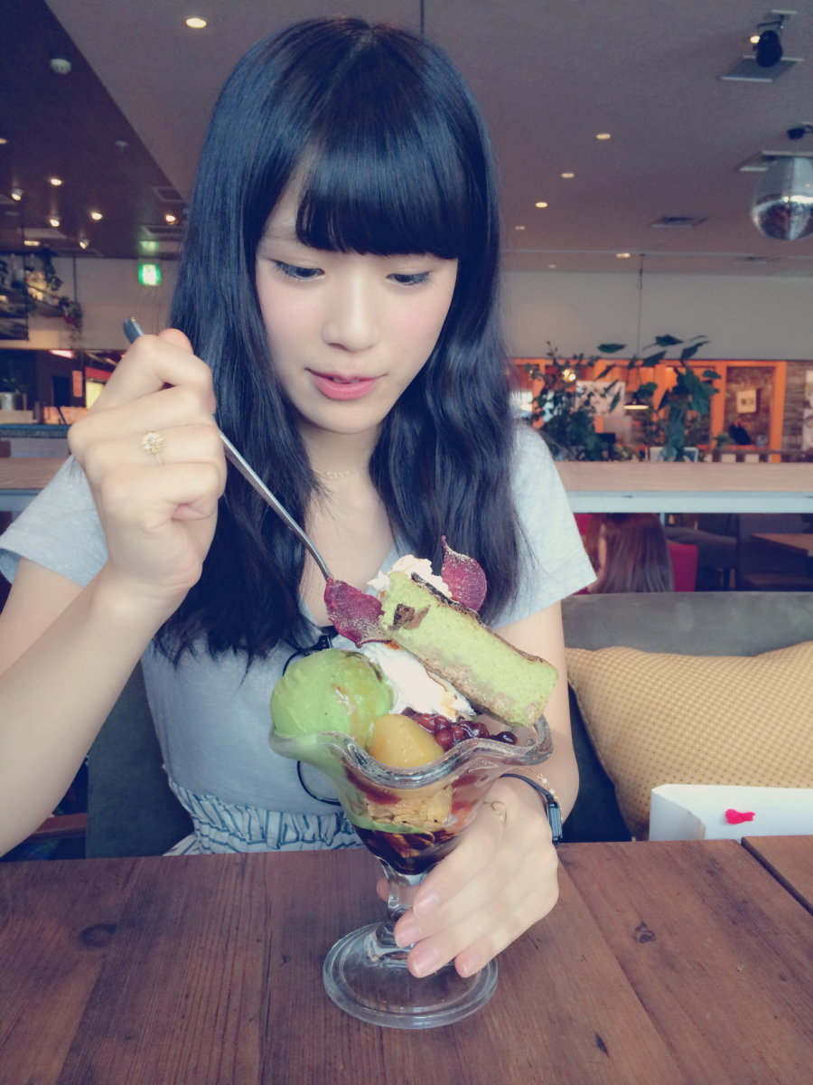 Nagisa Shibuya enjoying an ice cream sundae with bananas!