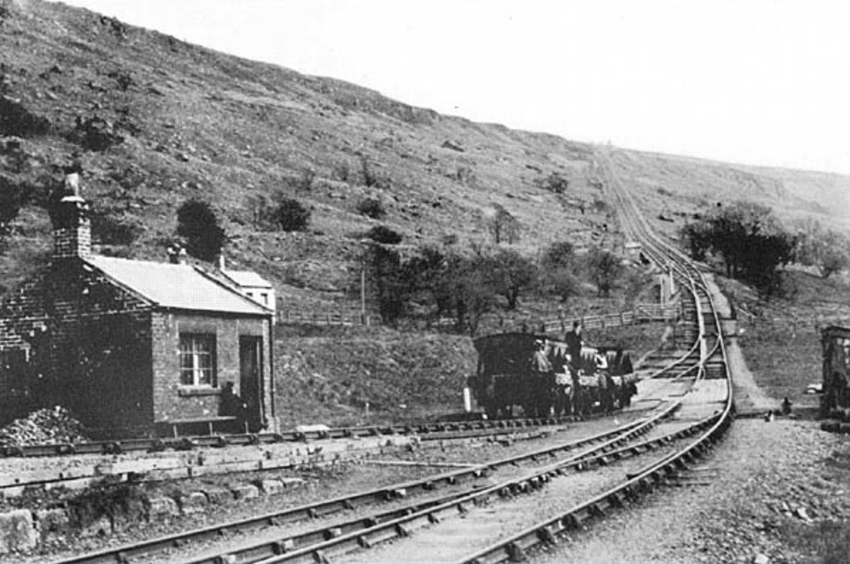 Ingleby Incline Bottom, 1927 with the weigh house. A short rake of four wagons ascends the self-acting incline, counter-weighed by four laden wagons