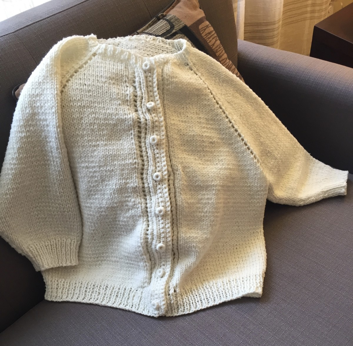 I used a pattern sheet from the 1950s to knit this top-down raglan cardigan