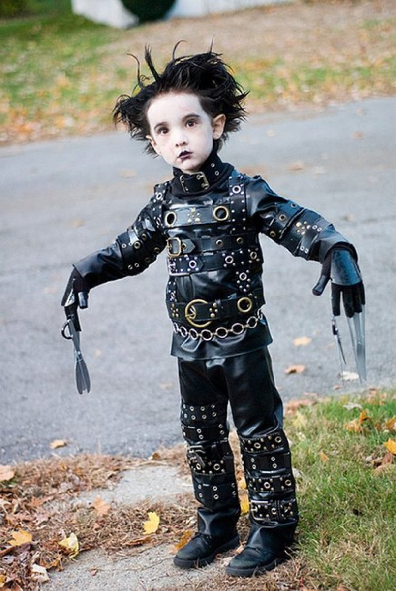 Who wouldn't love to be Edward Scissorhands?  You can just stick your hand in the bag and stick a piece of candy on each scissored finger!