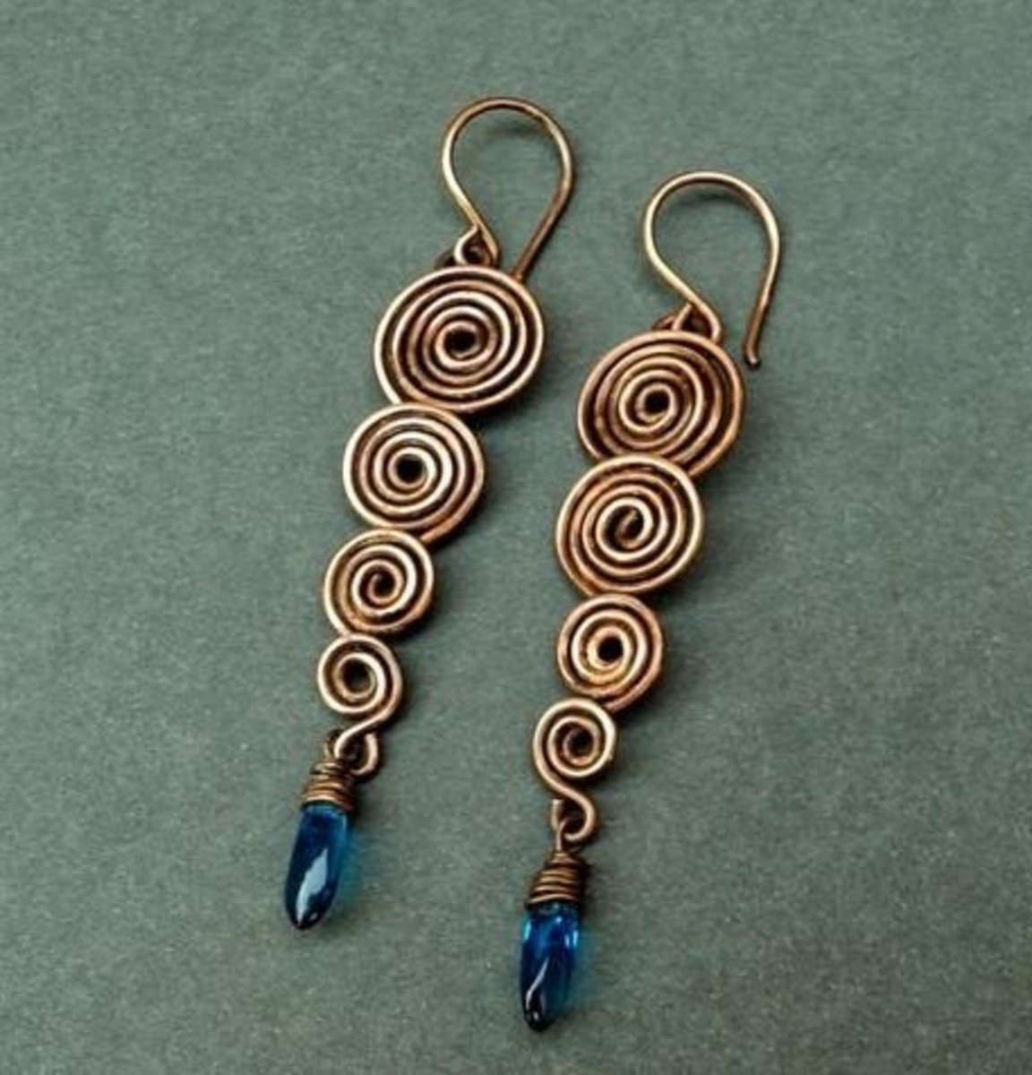 Although these beautiful earrings may seem complicated to make, they really are quite easy and I think a beginner could make these with no problem.  (Click the 'Visit' button underneath the picture on Pinterest to see the tutorial)