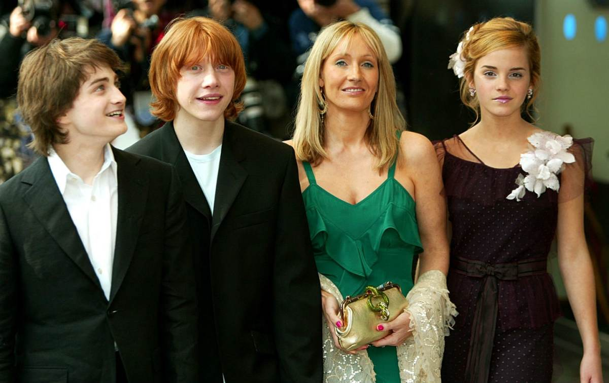 Daniel Radcliffe who played Harry Potter is on the far left.  Next to him is Rupert Grint who played Ron Weasley.  Emma Watson who played Hermione Granger is on the far right.