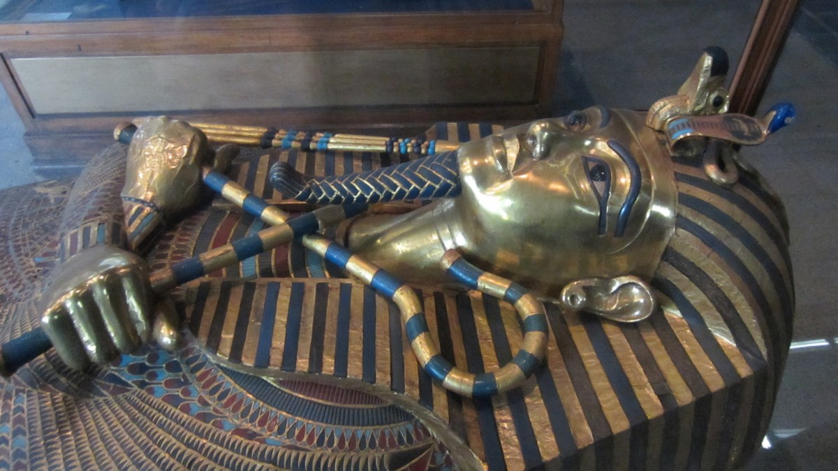 Tutankhamun's head and hands from the middle coffin.