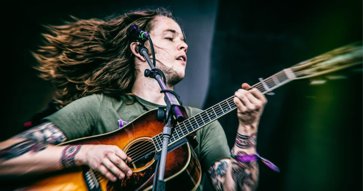Billy Strings delivering another great live performance.
