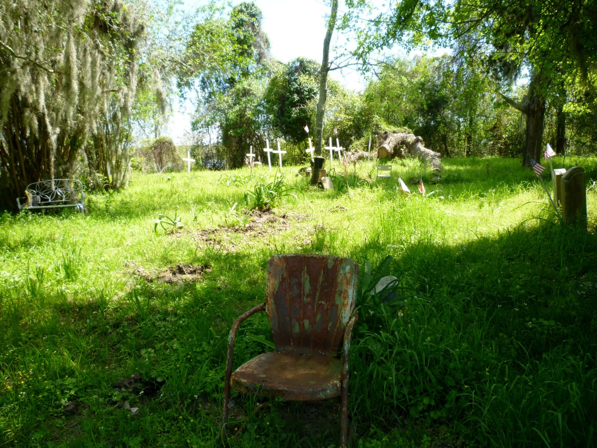 Rusty chair in Hodge's Bend Cemetery