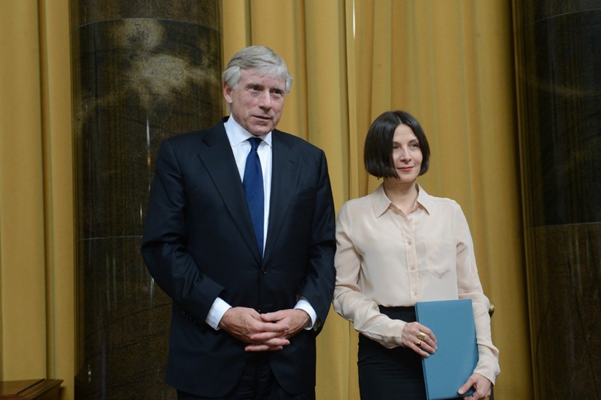 The president of Columbia University (left) presents the Pulitzer award to Donna Tartt (right)