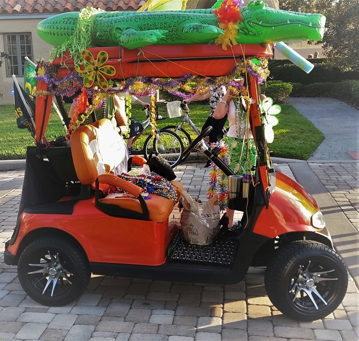 An inflated pool alligator, lots of flowers, and the passengers dressed in typical Florida tourist style -- what a fun cart!