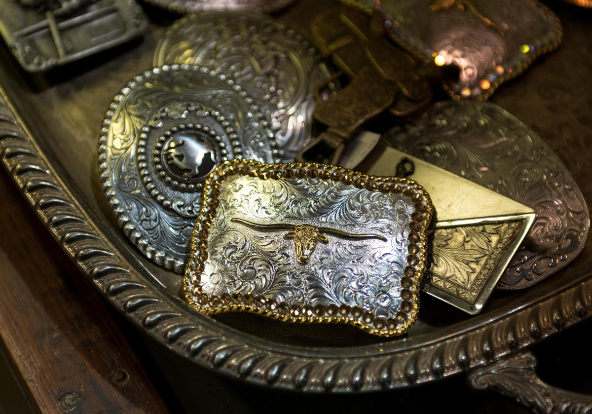 silver belt buckles: Image by Falkenpost from Pixabay