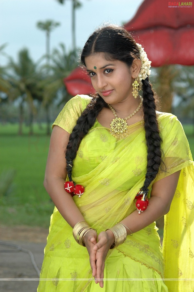 meera jasmine in yellow saree