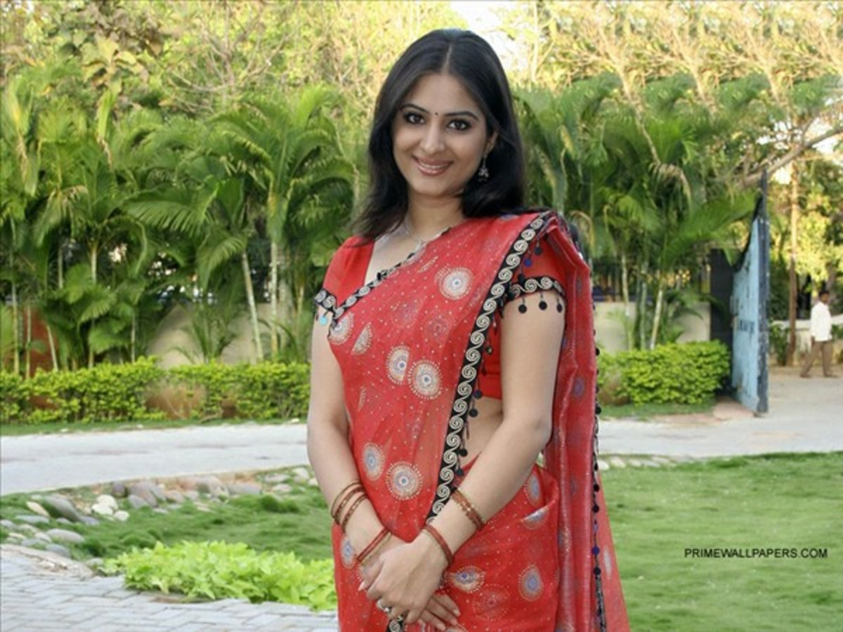 See how just a simple saree and a moderate pose makes this lady look so smart.Decency is explicit in her dressing and smile.