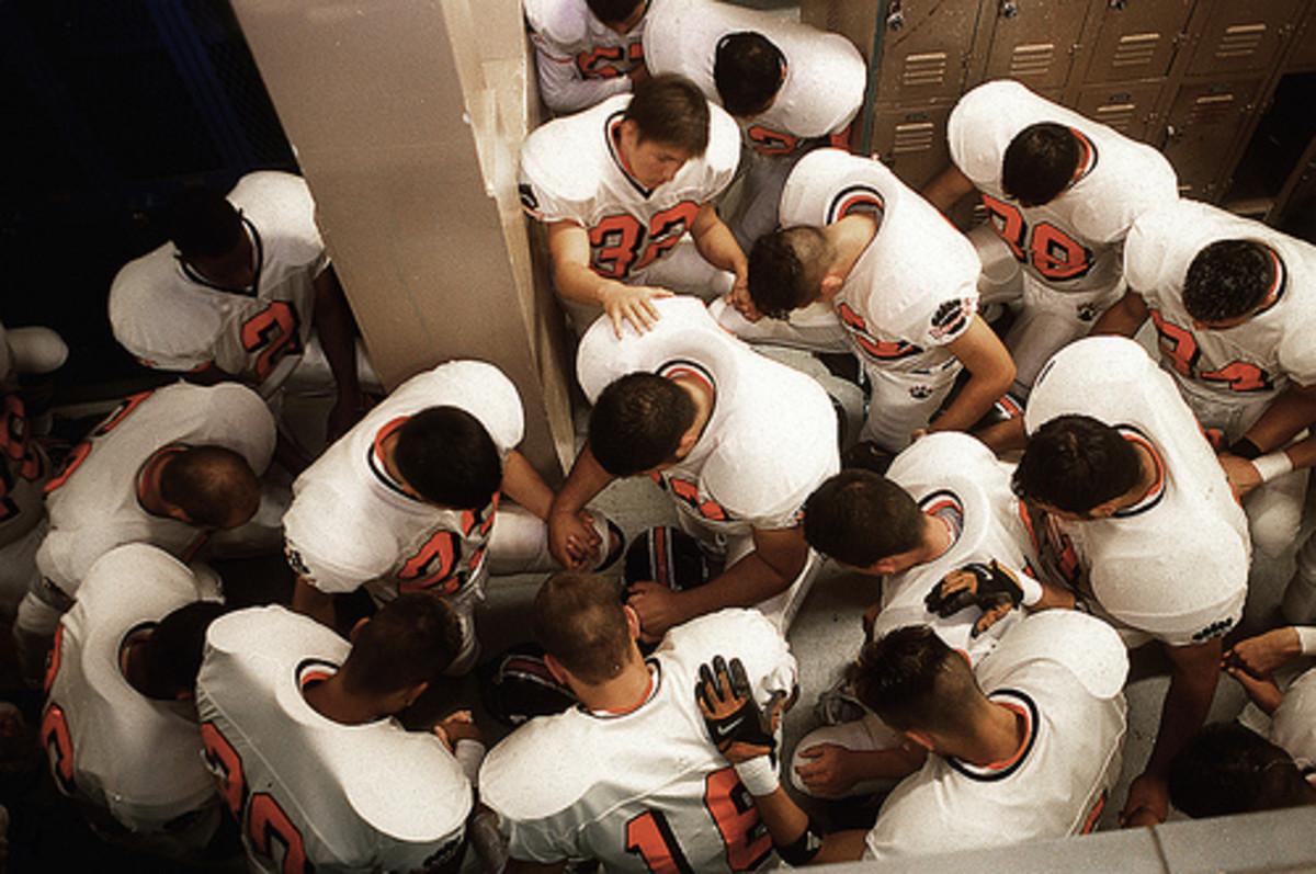 FOOTBALL TEAM PRAYING