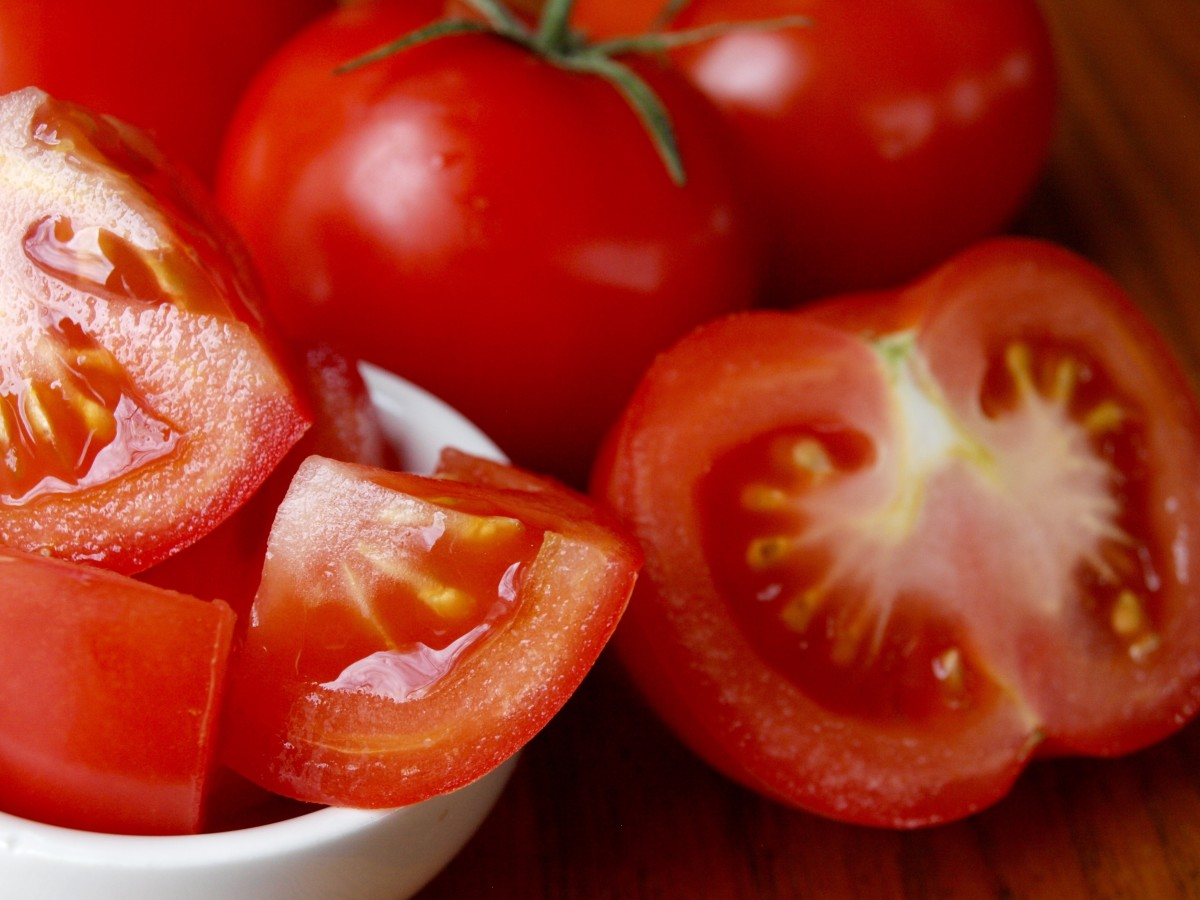 Tomatoes are suitable to eat while on the low-FODMAP diet.
