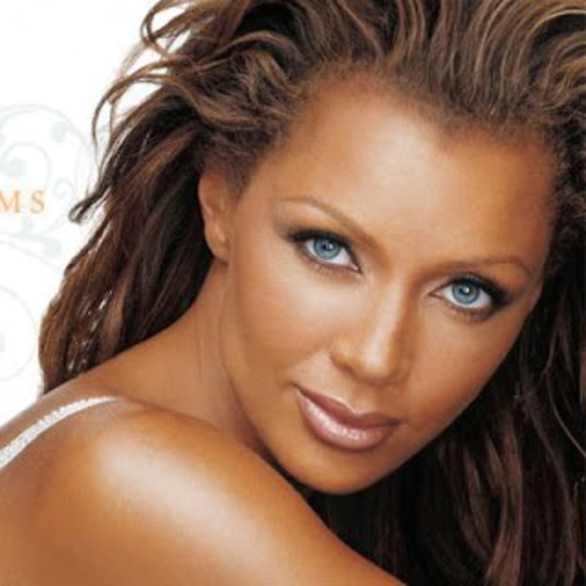 It's unbelievable how Vanessa Williams has such a gorgeous pair of natural blue eyes. If she can have natural blue eyes then you can also wear blue contacts even with your dark skin and rock!