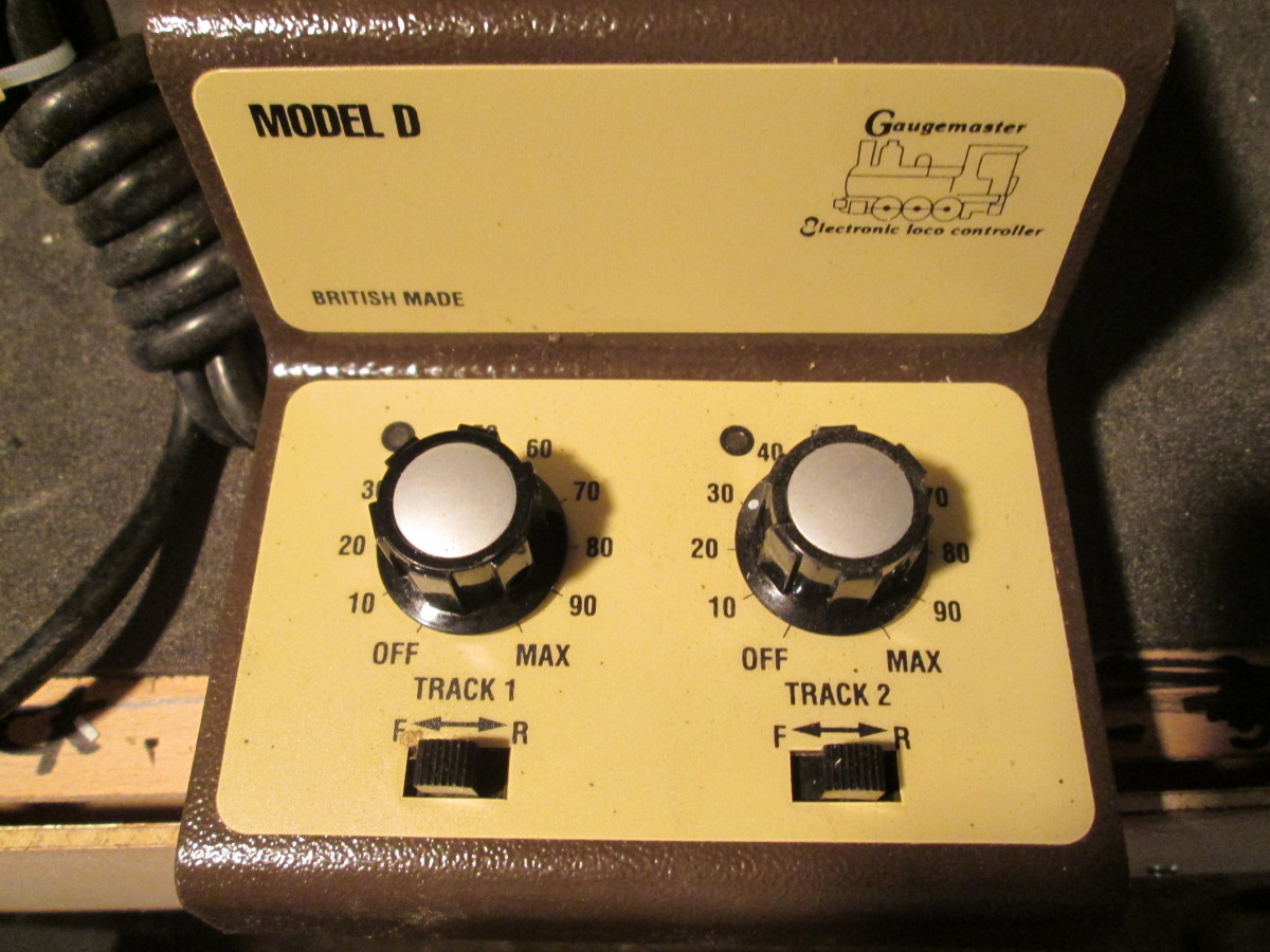 The 'simple' dual controller for use on the 'Down' end of the layout from fiddleyard Unit 1 ('Bloomfield' mail order depot, siding on Unit 2 and 'cripple' siding on Units 3-4