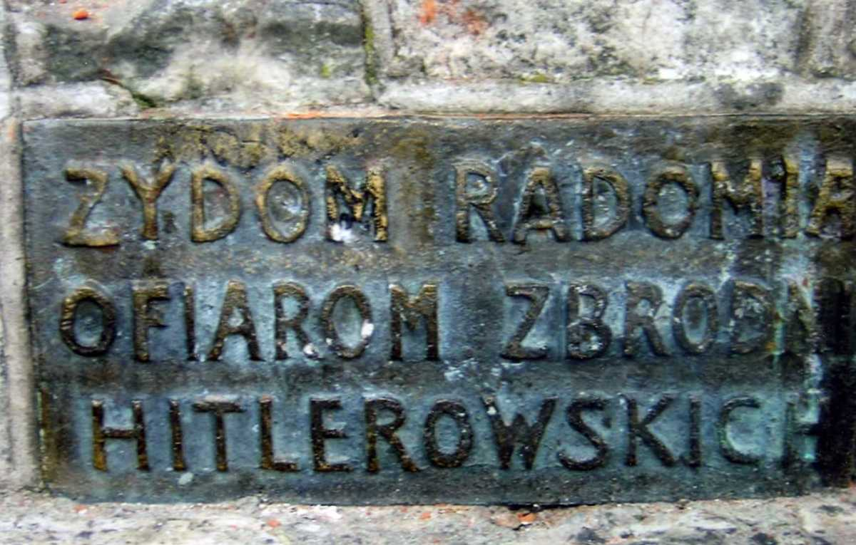 "A memorial to the Jews of Radom: ""To the Jews of Radom, Martyrs of the Hitlerian Crimes (photographs contributed by Hanka & Menachem Lior). From :http://www.zchor.org/radom/radom.htm"