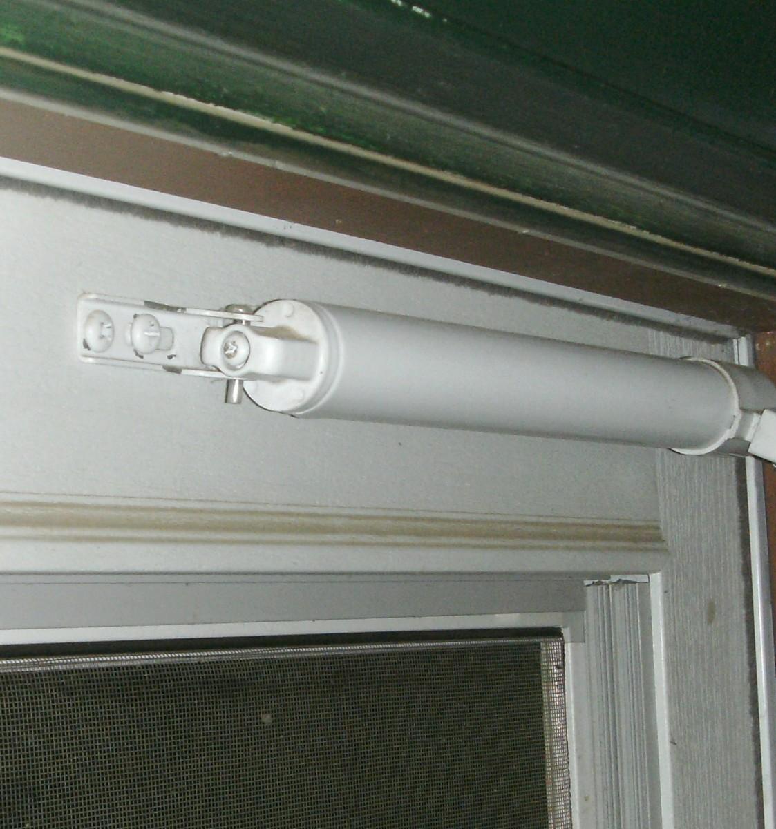 Door closer adjustment screw
