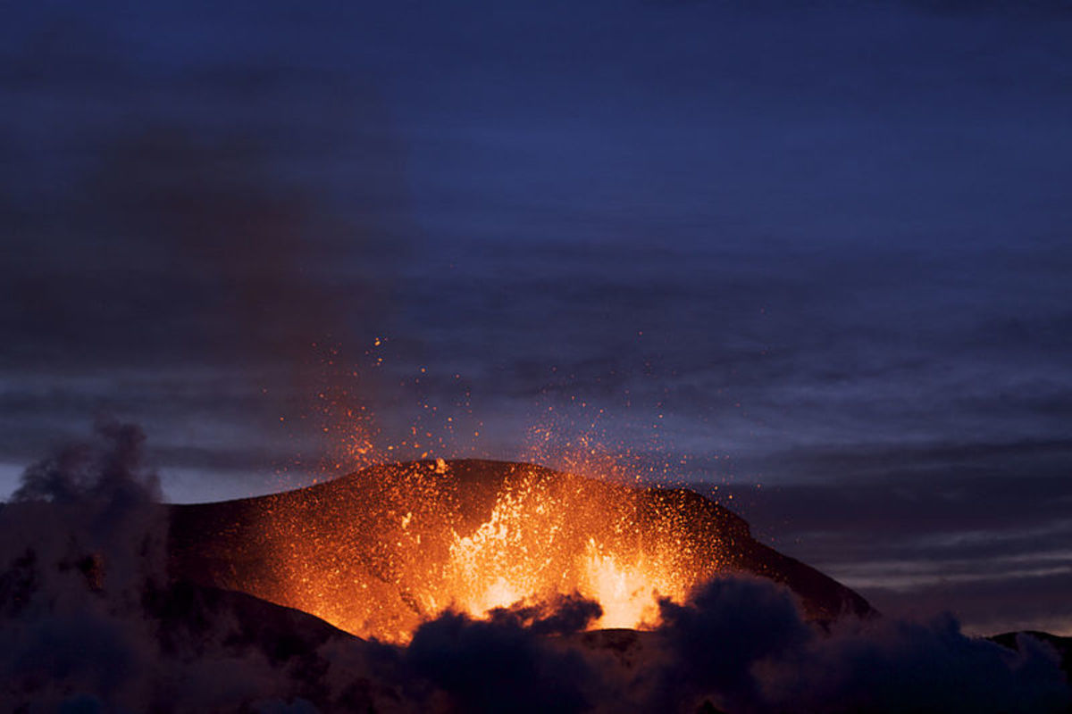 Eruption at Fimmvruhls at dusk. Photographed by Boaworm. Image provided courtesy Wiki Commons