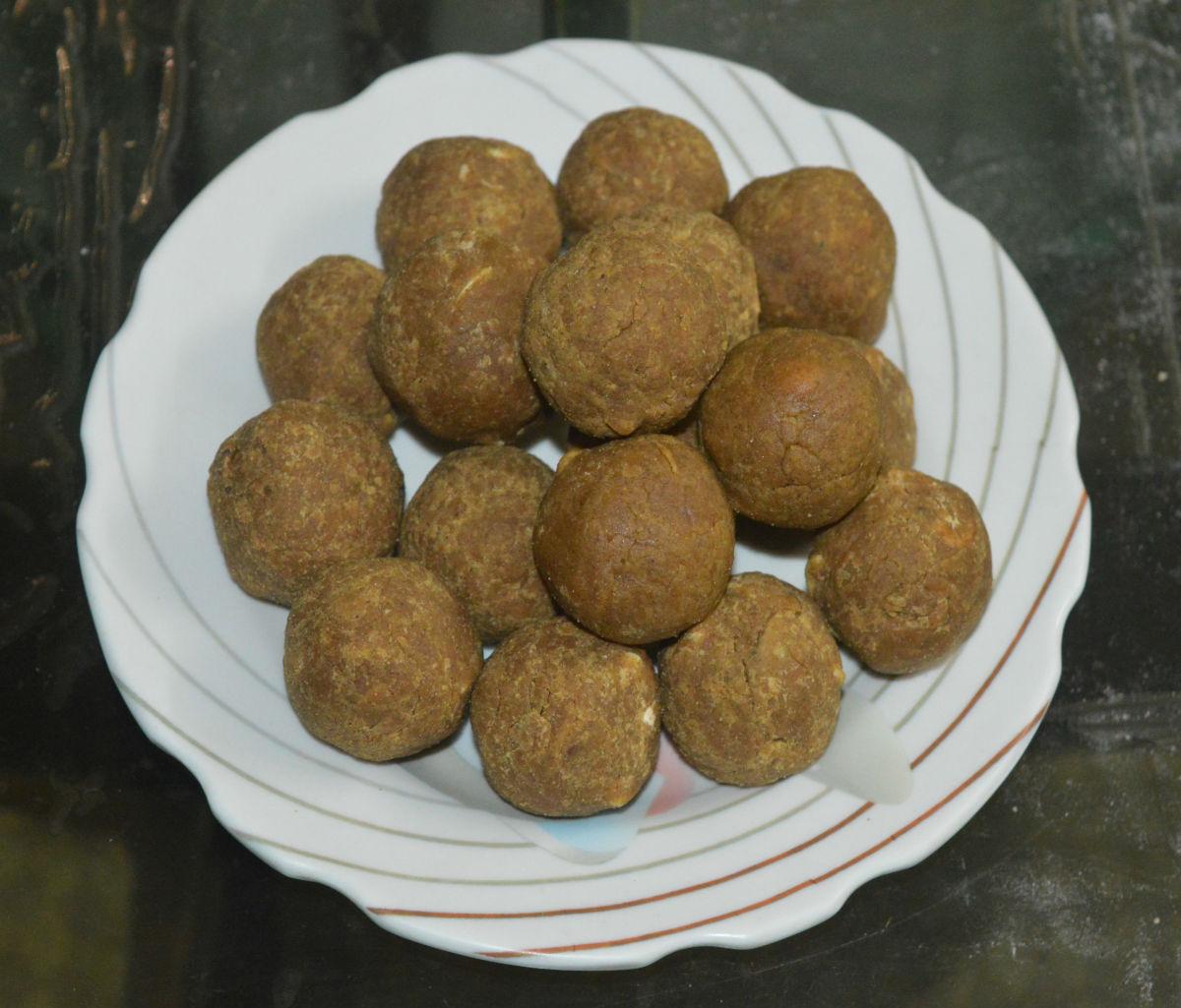 Whole chickpea flour jaggery balls (idi kadale hittu bella unde)