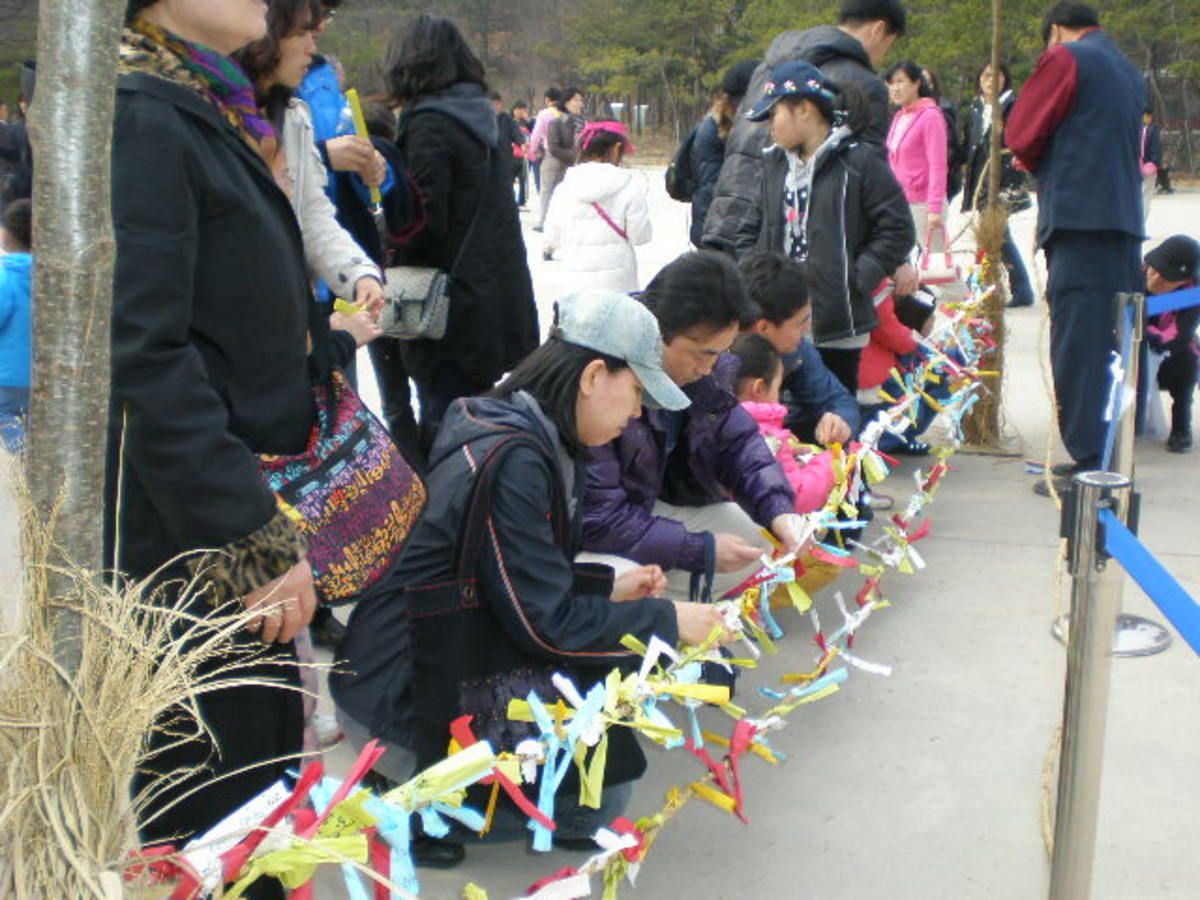 Write your wish on this colourful paper, tie it on the rope like a ribbon.  Then, the ropes of ribbons will be tie to to the wishing tree and burn later at night.