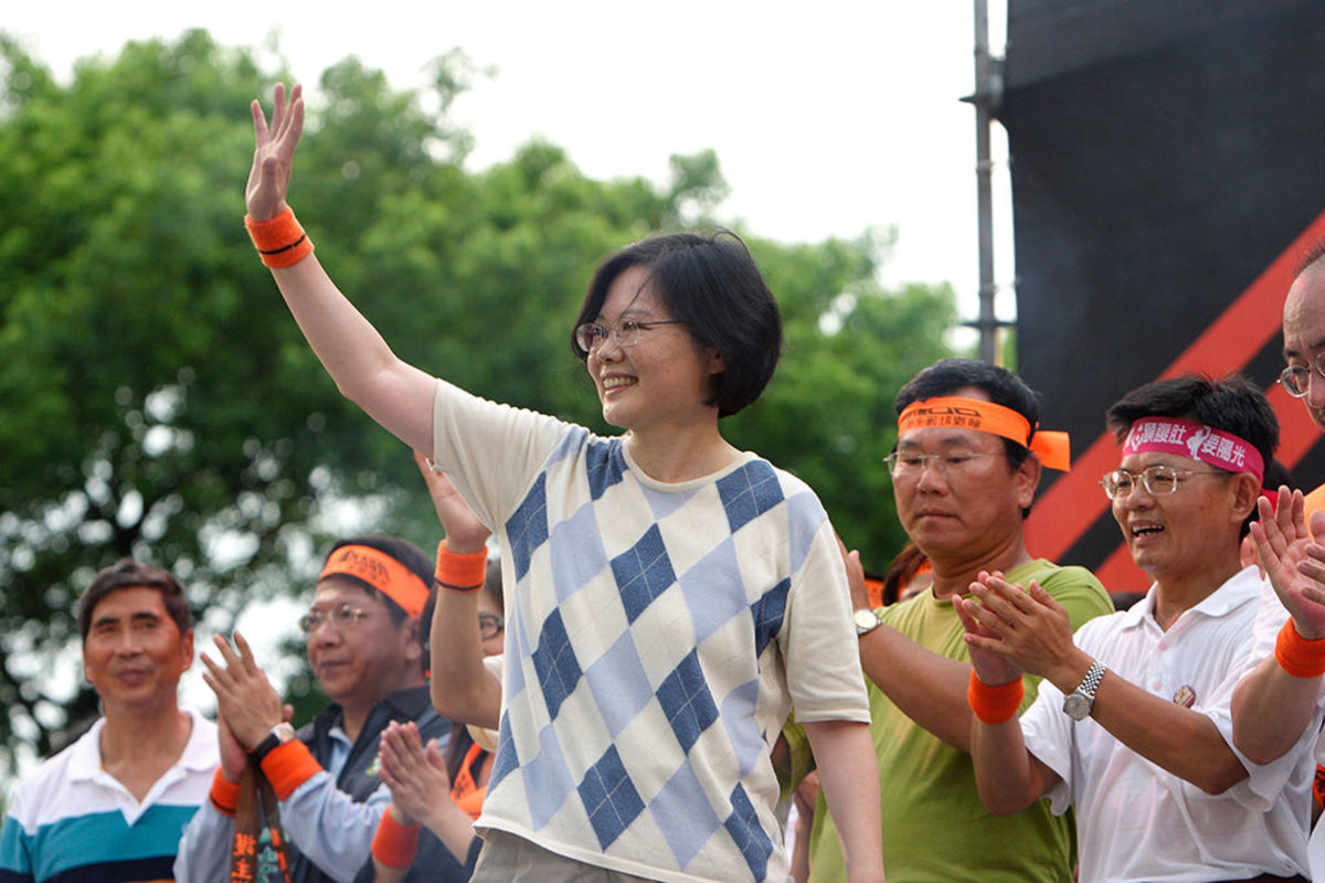 Tsai Ing-wen (center)