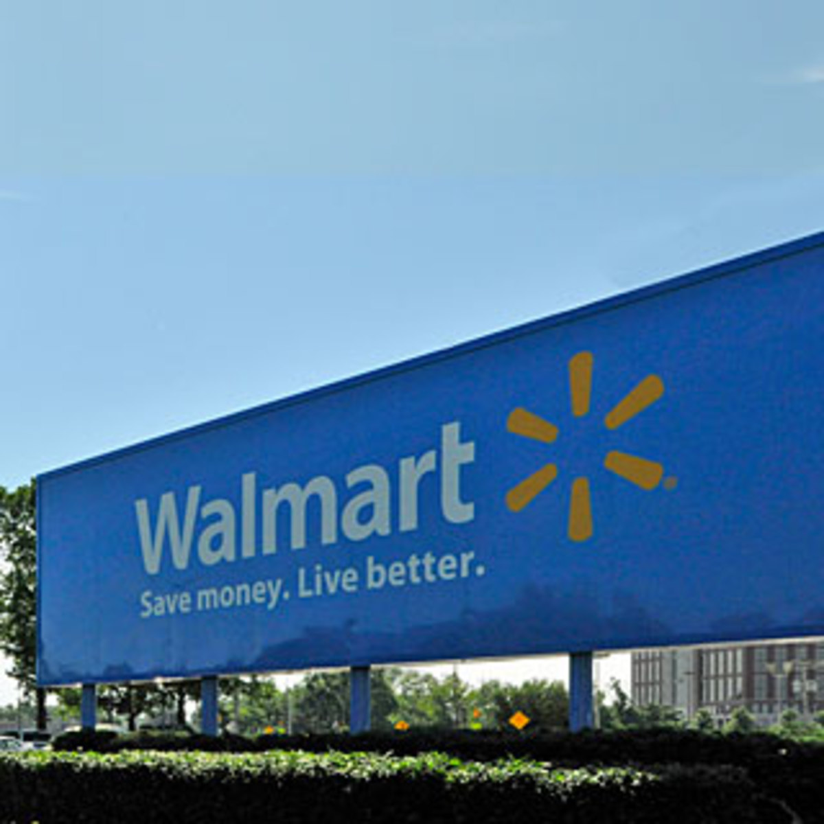 The Pros and Cons Of Walmart (Is Walmart Good For America?)