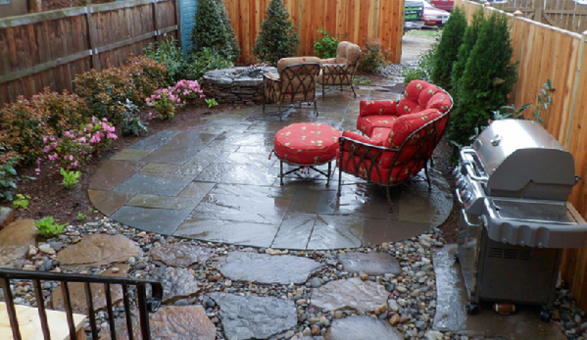 The irregular shapes and sculptured looks of flagstone slabs add pattern and texture to the whole outdoor theme of this patio.