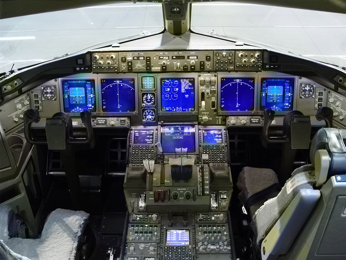 BOEING 777 GLASS COCKPIT
