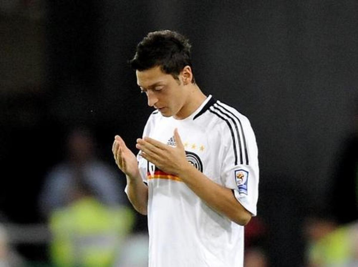 Mesut Ozil is praying in the match time.