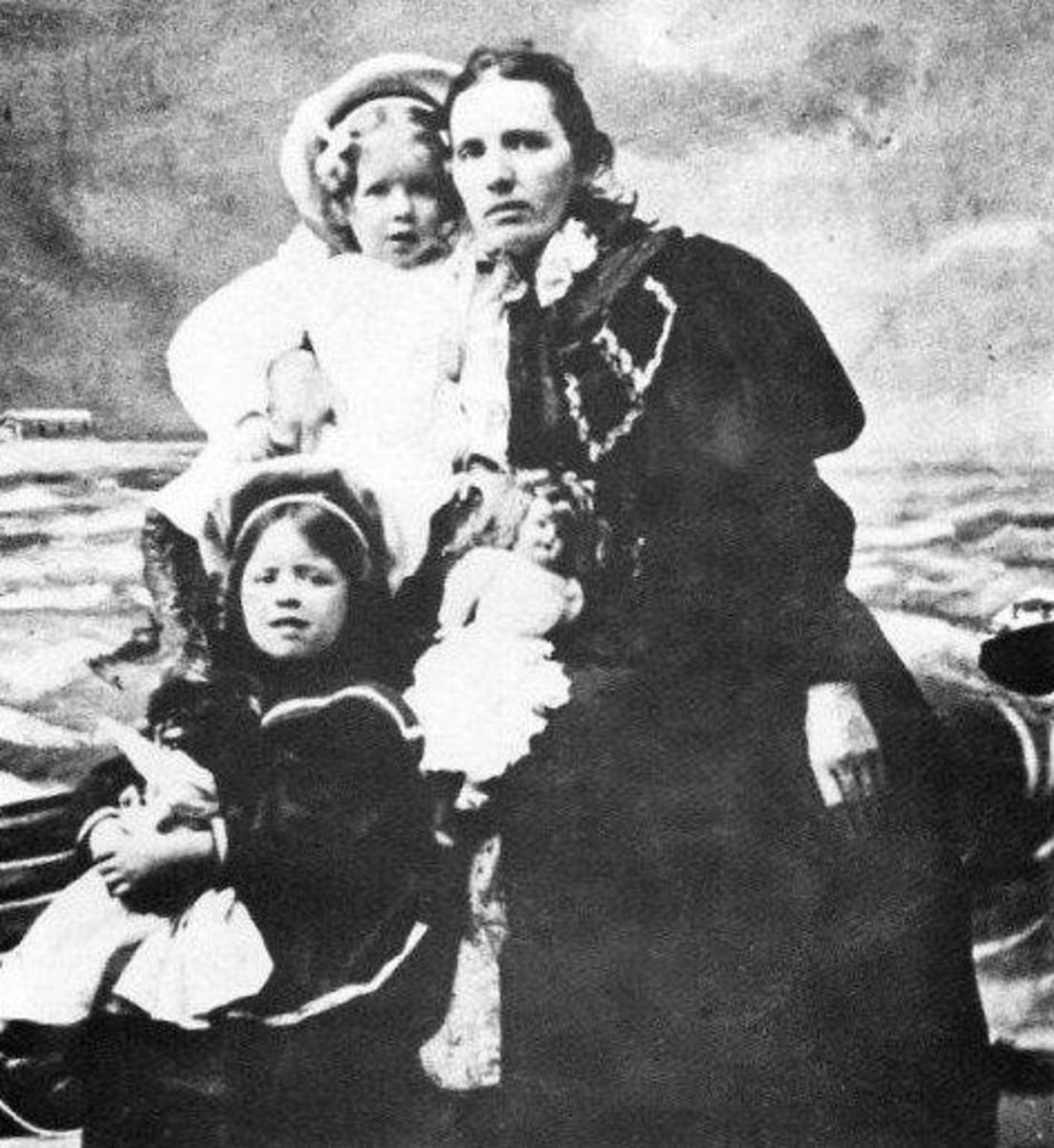 Martha Graham as a young girl with her mom and sister.