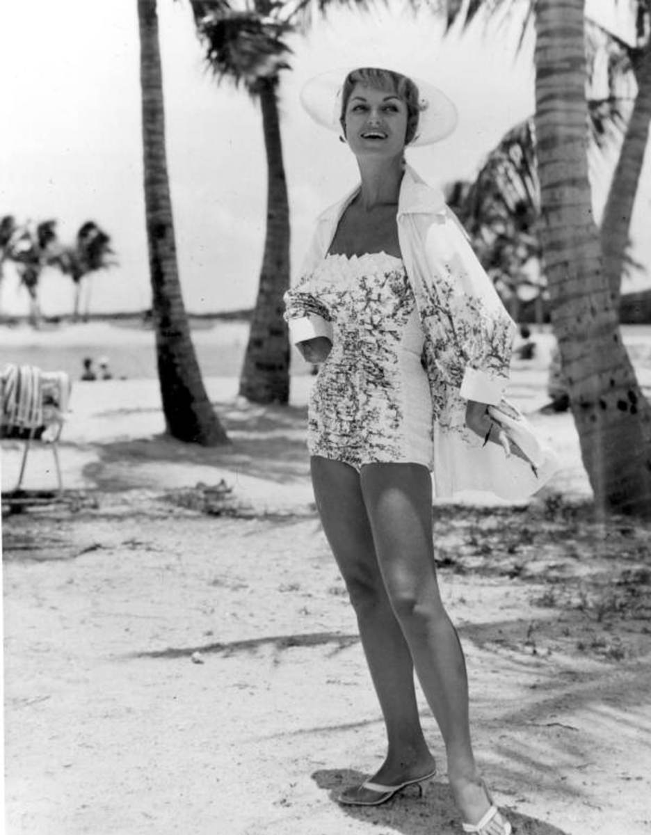 Florida beauty in a 50s strapless suit with matching beach wrap