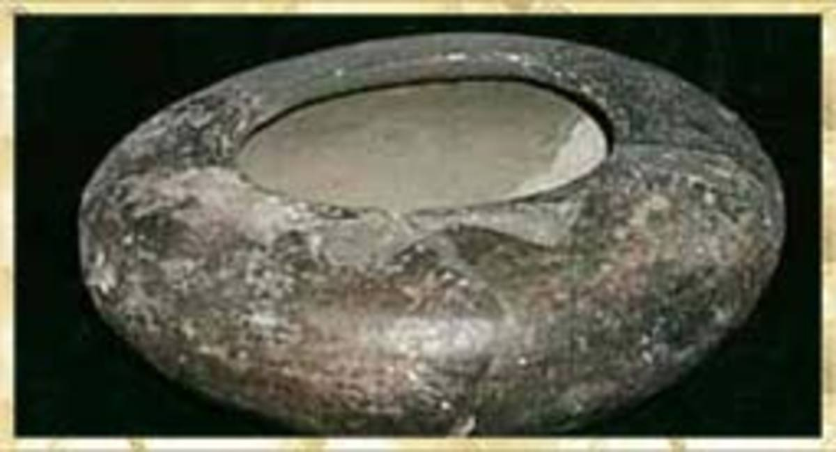 Many objects were made of fired clay, and were used for various purposes. Some everyday practical included spoons, whistles, funnel and spindl whorls used for production cotton coth, large pottery beads used to manufacture bead glasses: roller bead